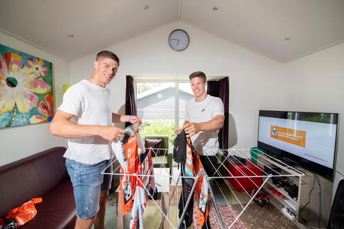 Niek en Justin Kimmann in hun woning in Otterlo. De fietscrossers hopen bij hun ouders te kunnen trainen in Dedemsvaart op de fietsbaan in de achtertuin, nu de trainingsfaciliteiten op Papendal zijn gesloten.