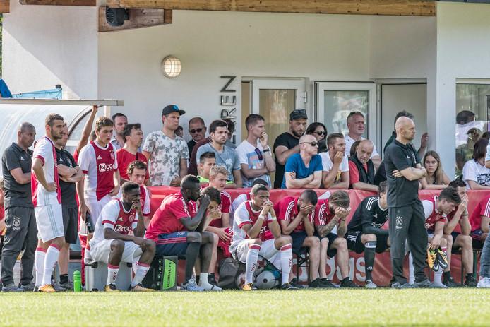 De hevig ontdane Ajax-selectie in Oostenrijk nadat Abdelhak Nouri op het veld in elkaar is gezakt.