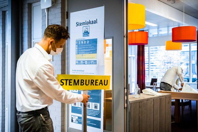 De laatste voorbereidingen in een stembureau in het Moergestelse zorgcentrum Park Stanislaus.