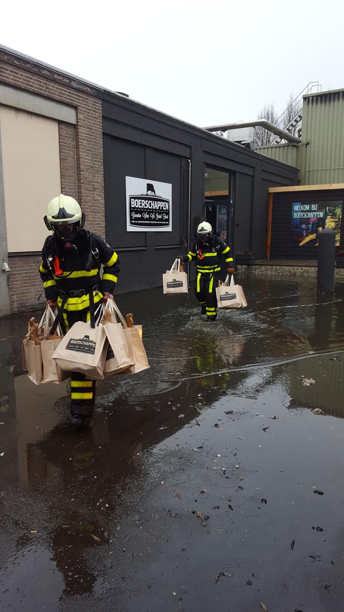 Brandweer stelt boodschappen van Boerschappen veilig.
