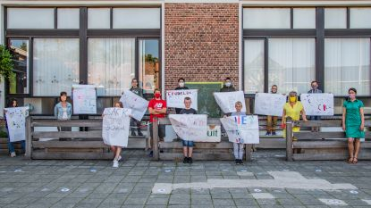 Leerlingen Het Laar uiten met affiches hun enthousiasme over heropstart school