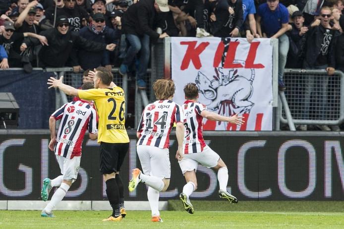 Willem II speler Freek Heerkens viert zijn treffer.