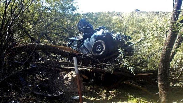 De auto zat vast in een boomtop.
