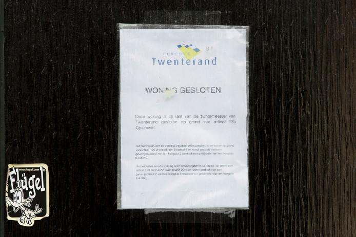 Op de deur van het drugspand hangt de mededeling van de gemeente dat het huis is gesloten. Foto: Bert Kamp