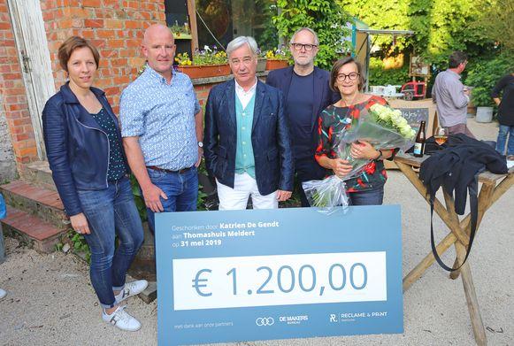 Katrien De Gendt (rechts) schonk de opbrengst van haar tuinfeestje aan enkele goede doelen.