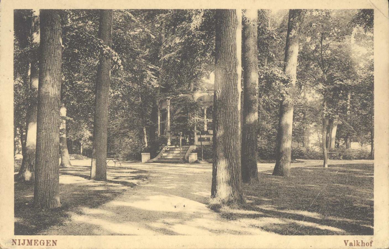 De muziekkiosk die indertijd in het Valkhofpark stond.