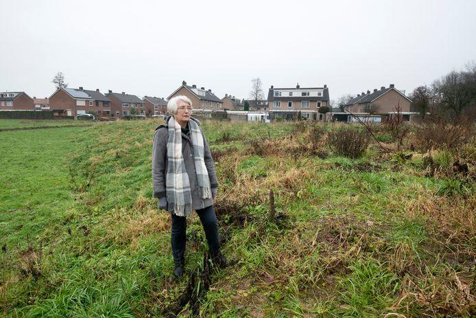 Initiatiefneemster Lida van de Voorde op één van de grafheuvels bij de nieuwe begraafplaats in Zetten.