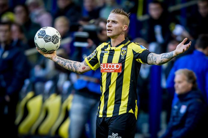 Alexander Büttner tijdens Vitesse - PEC Zwolle. Zondag is hij beschikbaar voor Jong Vitesse bij de herstart van de competitie in de derde divisie.
