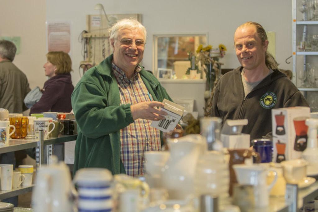 Xander van Asperen (links) en Emmaus-medewerker Stefan Gerritsen zijn tevreden met de hoeveelheid klanten in de winkel..