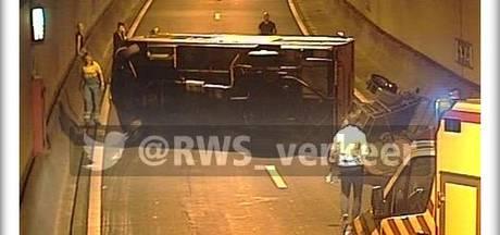 Camper met aanhanger op zijn kant in Drechttunnel: tunnel dicht