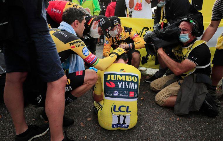 Tom Dumoulin troost ploeggenoot Primoz Roglic, die zojuist de leiding in de Tour de France uit handen heeft gegeven. Beeld Reuters