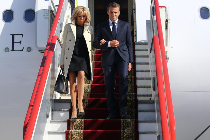 Brigitte et Emmanuel Macron descendent d'un avion