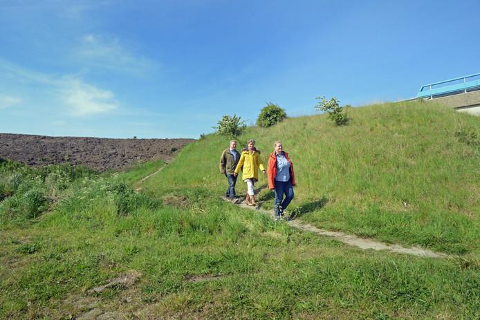 Léon Lammers, Karin van Veen en Margreet van Veen (vlnr) nemen deel aan de Bos en Duin-wandeltocht. De ATB-route op de Kop van Schouwen loopt over een dijkje omhoog. Bovenaan is echter een aarden wal aangelegd om fietsers te beletten deze route te nemen.