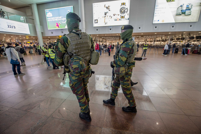 Militairen op luchthaven Brussels Airport.