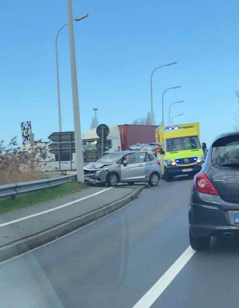 Er was heel wat verkeershinder rond Zandvoorde door een ongeval op de brug over de A10.