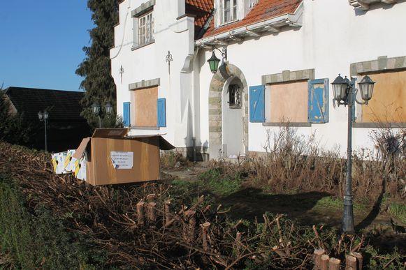 Een professionele firma maakte de 'behekste' woning langs de Lenniksebaan leeg.
