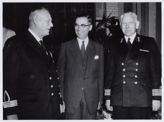 Rechts: commandant P.A. Riedel.