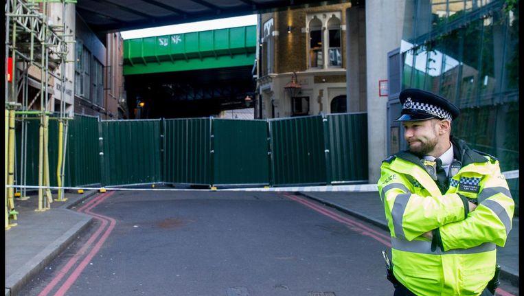 Een politieagent bewaakt de ingang van de Borough Market in Londen Beeld photo_news