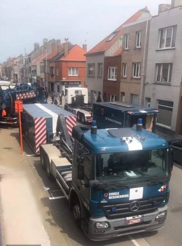 De politie en de Civiele Bescherming zijn aanwezig in de Nukkerstraat. Het appartement van F.P. wordt volledig doorzocht op sporen naar zijn moeder Solange Hennaert.