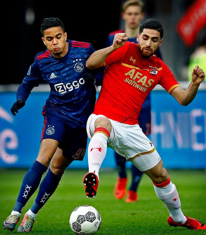 Alireza Jahanbakhsh in duel met Justin Kluivert van Ajax in seizoen 2017-2018.