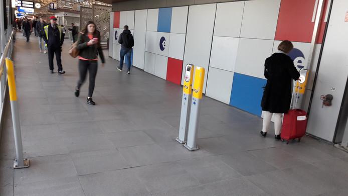 Incheckpalen op station Den Bosch