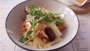 Het voorgerecht: een salade met gerookte zalm.