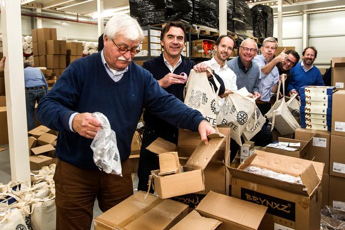 Vrijwilligers pakken cadeautjes in voor de mensen die niet mee konden met een rondvaart over de IJssel.