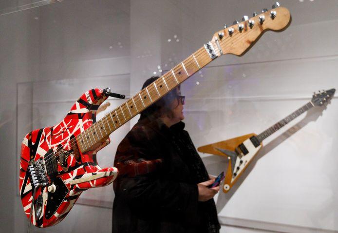Twee gitaren van Eddie Van Halen gaan in december, twee maanden na zijn dood, onder de hamer.