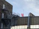 Bij de Rotterdamse eredivisieclub Sparta hangt de clubvlag in rouwstand.