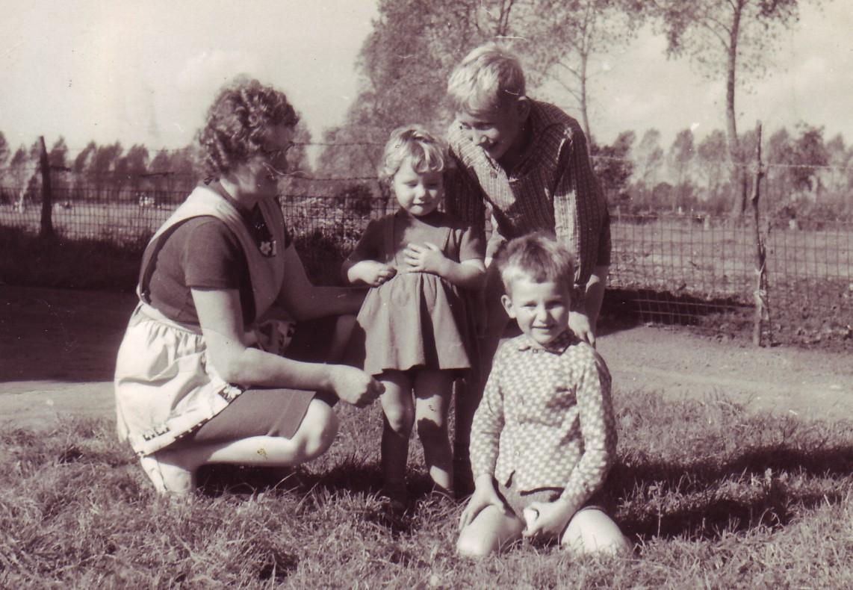 De moeder van Mario Gevers met haar kinderen.