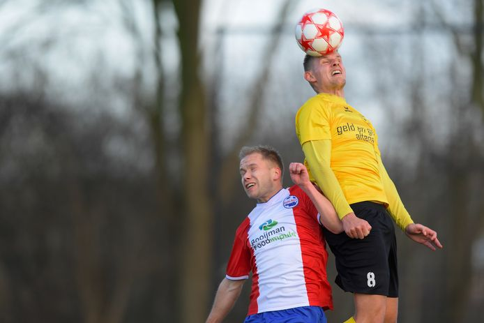 Sjors Maas (links, Roda Boys/Bommelerwaard) verliest het kopduel van Wilhelmina'26-speler Robert Bouman (rechts).