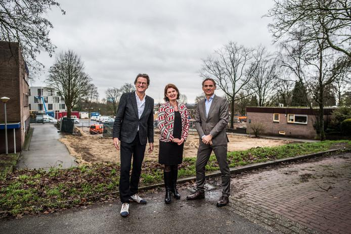 Bestuurder Rob Hoogma van Siza, Sanne Uiterwaal, directeur Acquisitie van VanWonen en ontwikkelingsmanager Henri Schimmel van BPD nabij de bouwput van Het Dorp waar straks het nieuwe dorpsplein zal verrijzen.