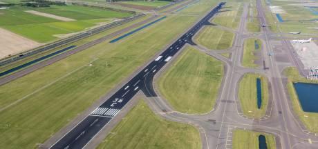 Blunderende verkeersleiding liet zestien vliegtuigen op gesloten baan van 'slordig' Schiphol landen