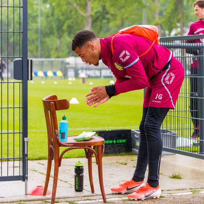 Het desinfecteren van de handen voor een training is een van de nieuwe rituelen voor RKCWaalwijk-speler Juriën Gaari.