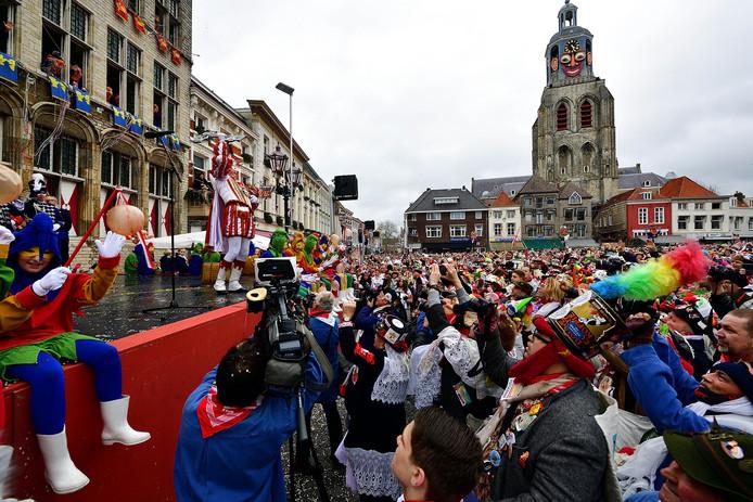 Nilles III neemt voor de veertiende en laatste keer de stadssleutel van Bergen op Zoom in ontvangst.