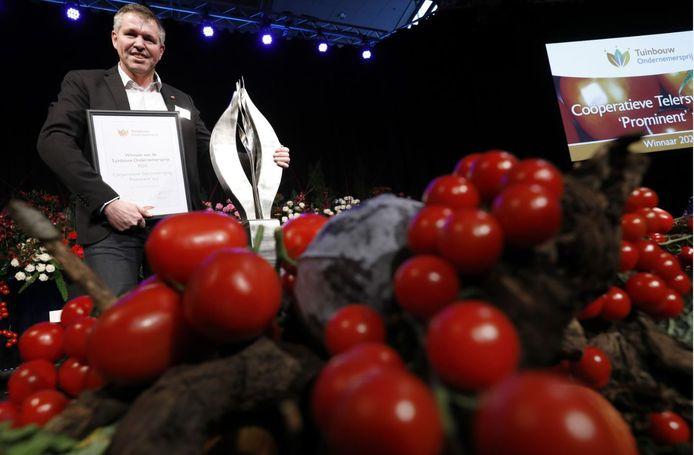 Jack Groenewegen, voorzitter van de coöperatieve telersvereniging Prominent, heeft op de Keukenhof in Lisse de Tuinbouw Ondernemersprijs in ontvangst genomen.