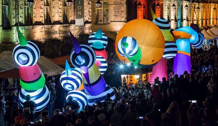Kleurrijke parade van Picto Pacto is ook leuk in het donker.