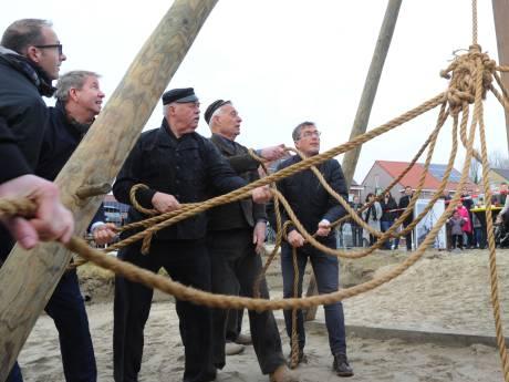 Heiploeg Westkapelle luidt start bouw  huizen Oost-Souburg in