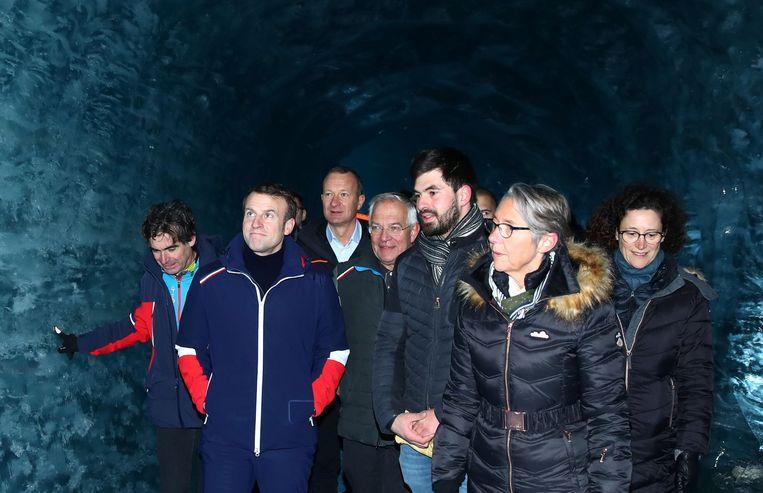 De president in de bekende grot van ijs. Na zijn bezoek maakte Macron de balans op van zijn acties voor het milieu. In een toespraak in het conferentiecentrum van Chamonix onderstreepte hij zijn groene koerswending.