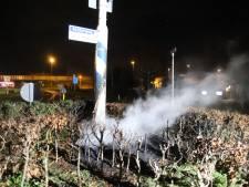 Stapel autobanden uitgebrand op rotonde in Waardenburg