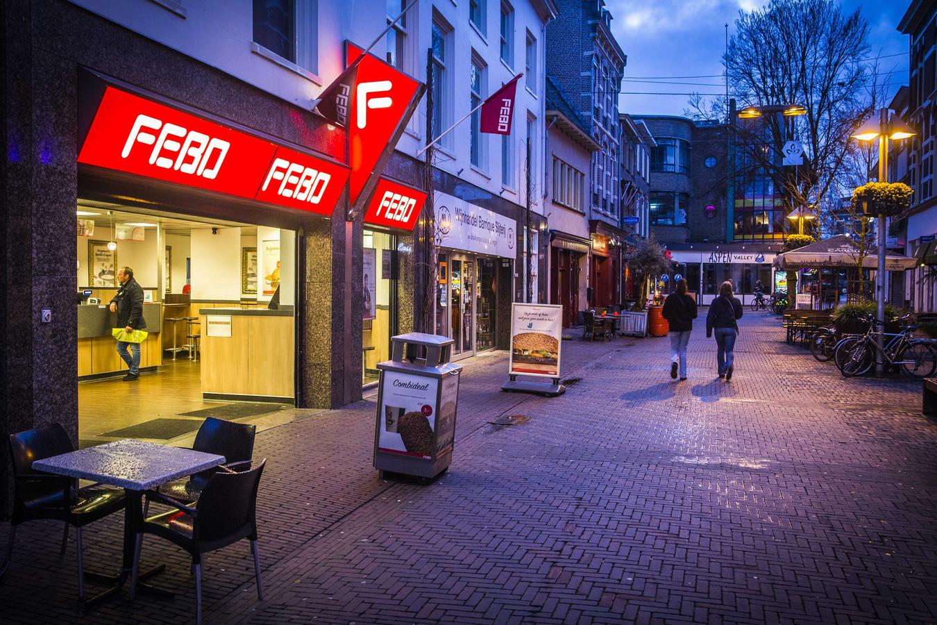 Lege straten en horeca in het centrum van Arnhem nabij de Korenmarkt.