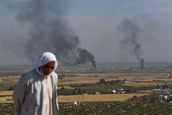 Het Syrische dorp Ras al-Ain, gefotografeerd van aan de Turkse zijde van de grens.