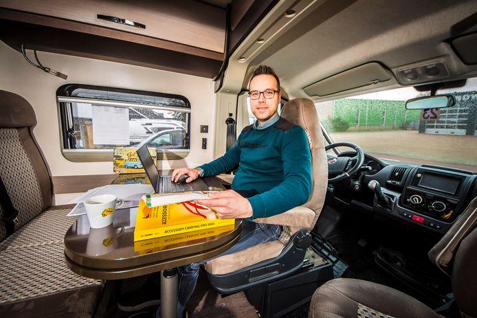 Peter Blanken van CamperPassie met laptop en koffie aan boord van één van de 'eigen' campers in Neede.