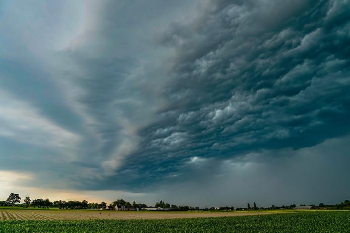 Naderend onweer is te zien boven Made