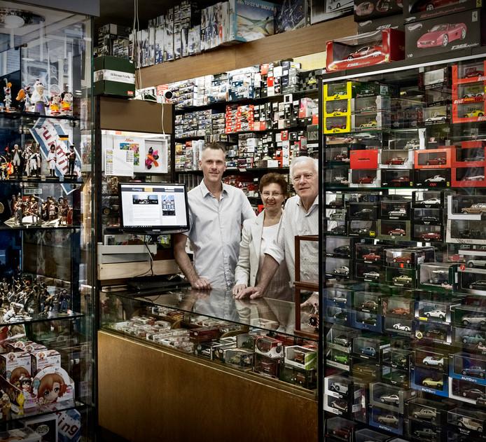Martien, Maria en Johan Hesemans in hun winkel aan de Houtmarkt waar al sinds 1870 speelgoed, luxe artikelen en cadeaus worden verkocht. Sinds jaar en dag vooral ook bekend vanwege de enorme politiebeer die buiten bij de deur staat