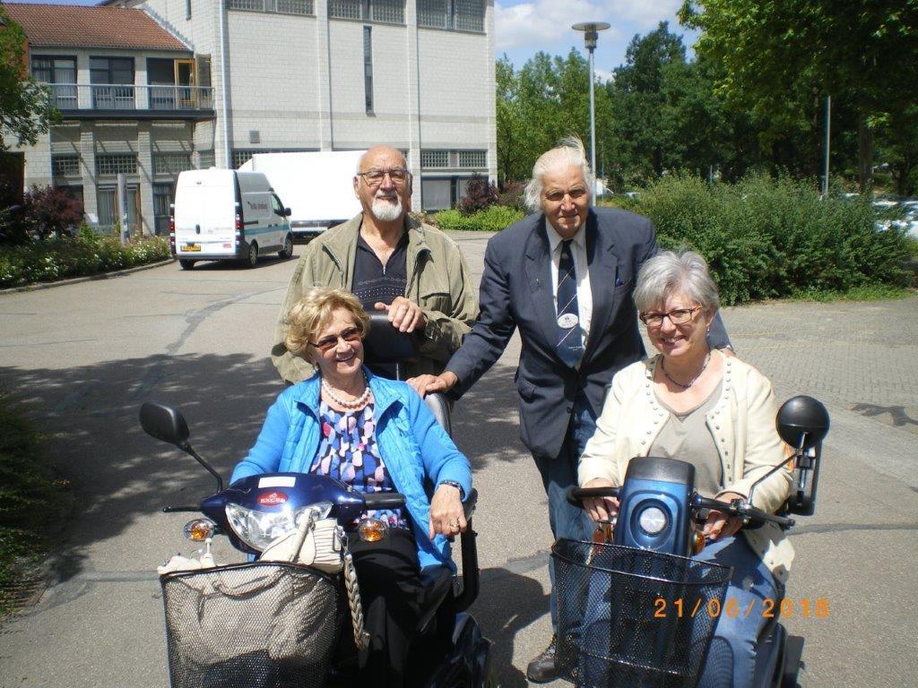 Meneer Hillebrand kreeg les in het rijden met de scootmobiels, samen met andere vrijwilligers.
