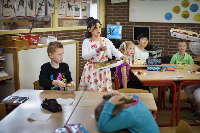 De 8-jarige Hind Bouhabbadi deelt uit op school in Winterswijk.