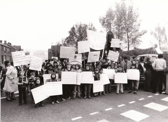 Protest tegen verkeersdrukte in Ter Borghstraat in Geldrop (1980).