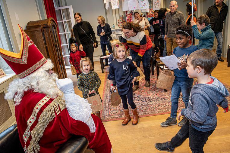 Sinterklaas ontvangt de kindjes.