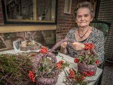 Door (81) maakt nog ieder jaar heidemandjes, ook al was ze dit jaar vanwege corona huiverig